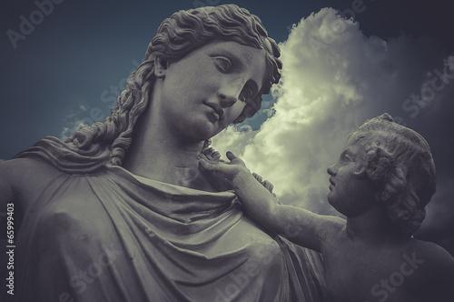Zdjęcie XXL Kobieta i dziecko Greckie rzeźby nad chmury tłem