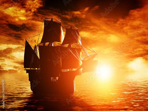 Naklejka premium Antyczny piracki statek żegluje na oceanie przy zmierzchem