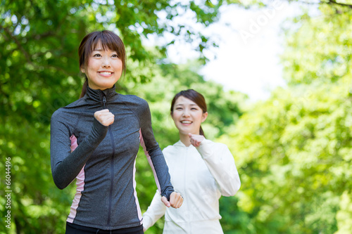 Foto  young asian women jogging in the park