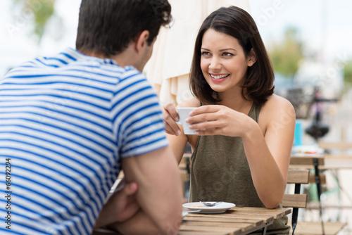 paar genießt einen cappuccino im café Fototapet