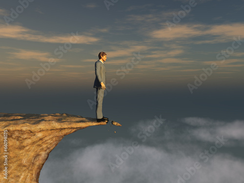 Hombre al borde de un precipicio Wallpaper Mural