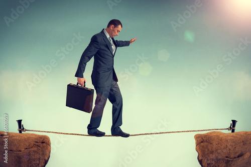 Fotografía businessman balancing on a tightrope