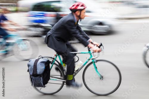 Zdjęcie XXL Biznesmen z rowerem w podróży