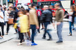 Menschenmenge überquert eine Straße in London