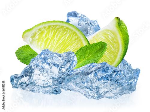 wapna-owoc-z-mennica-w-lodzie-odizolowywajacym-na-bielu-plecy