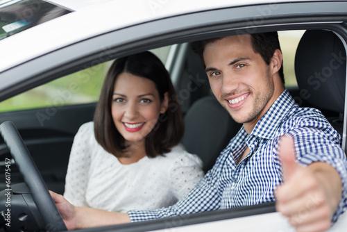 mann im auto zeigt daumen hoch