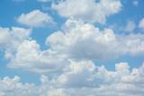 białe chmury na błękitnym niebie - 66181474