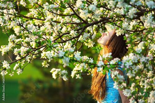 Fototapeta Młoda kobieta cieszy się wiosny okwitnięcie