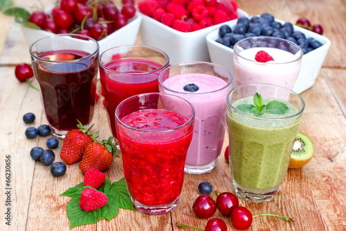 Obraz Organic smoothies, fruit yogurt and juices - fototapety do salonu