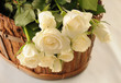 Białe róże w koszyku