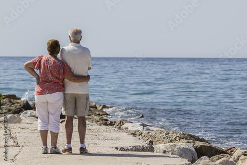 Fotografía  Pareja de ancianos frente al mar