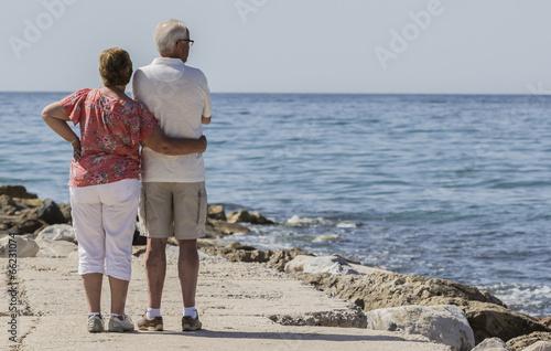 Photographie  Pareja de ancianos frente al mar