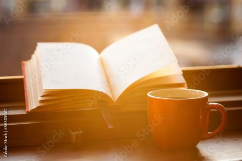 Książki i filiżanka kawy