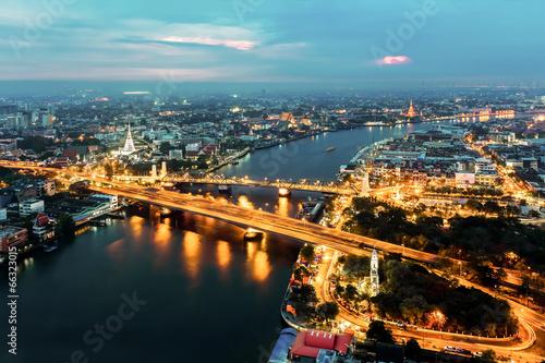 Cadres-photo bureau Seoul Bangkok Transportation at Dusk with the ancient Temple along the