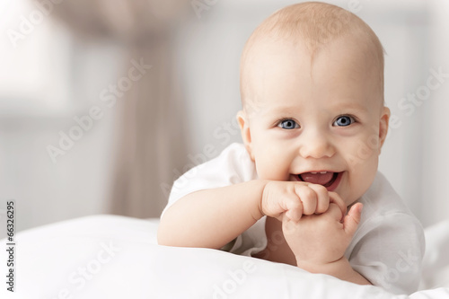 Fotografia  Portrait of a crawling baby