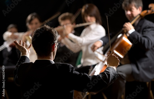 Conductor directing symphony orchestra Fototapet