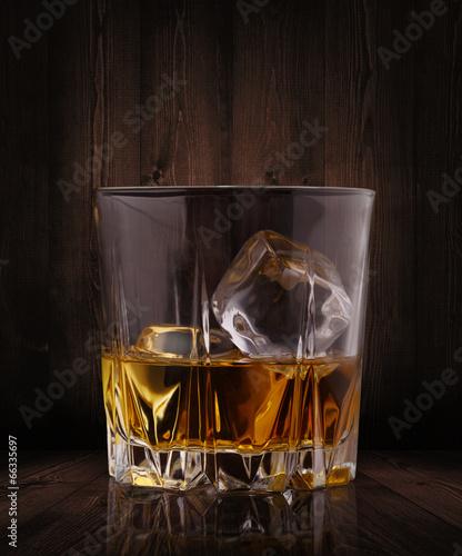 szkla-whisky-na-drewnianym-tle