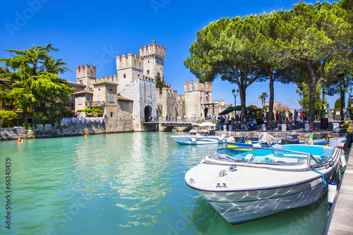 Photo  medieval castle  Sirmione on lake Lago di Garda