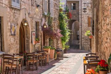 Typowa włoska restauracja w zabytkowej alei