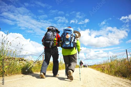 Paare der Pilger auf dem Camino de Santiago, Spanien Fototapete