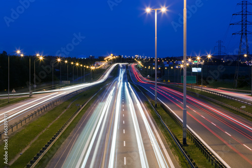 Papiers peints Autoroute nuit Highway traffic at the evening. Cars lights in motion. Transport