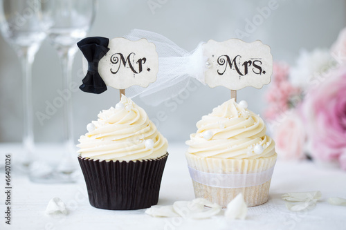 Photo  Bride and groom cupcakes