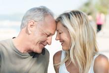 Glückliches Paar Lehnt Sich An Einander