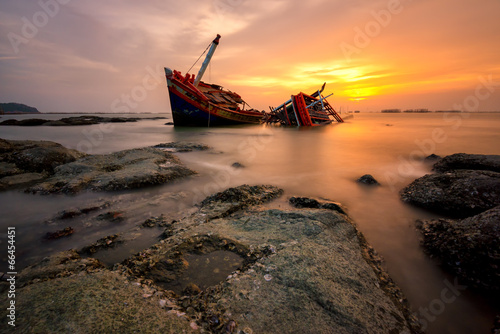 Poster Naufrage Fishing boat beached with sunset view