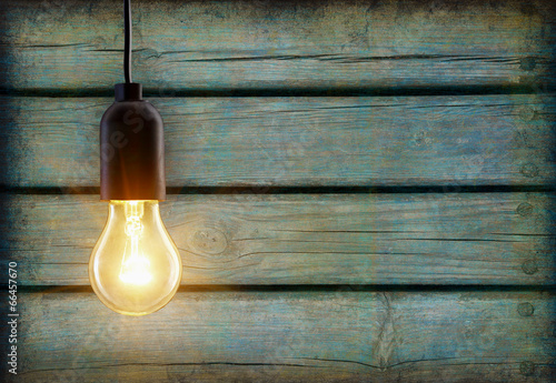 Photo  Light bulb lamp on wooden background with copy space