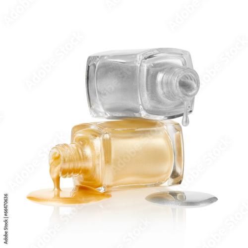 Vernis à ongles en or et en argent déversé sur blanc, tracé de détourage Poster