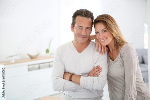 Tela  Lovely 40-year-old couple at home