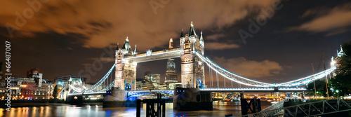 architektura-londynu-slynny-most-ukazany-w-nocnej-scenerii