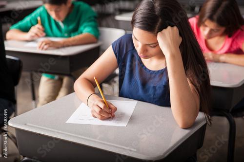 Fotografía  Tomar una prueba en la escuela secundaria