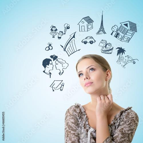 Foto  Nahaufnahmeporträt des Träumens und des planenden Mädchens, das oben in t schaut