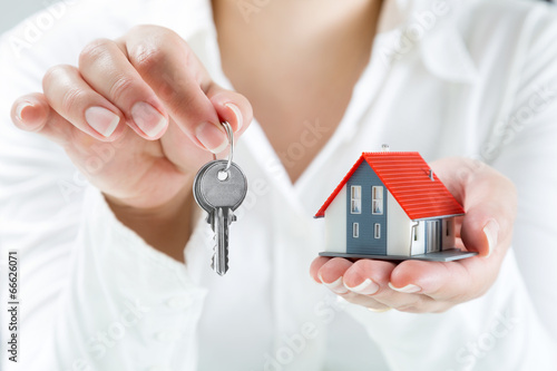 Photo  real estate agent handing over keys to home
