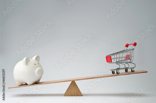 Fotografia  Money spendings against money savings