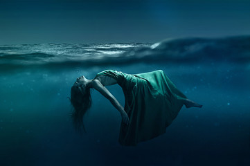 Kobieta pływająca pod wodą