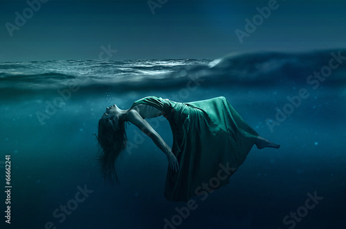Photo  Woman floating underwater