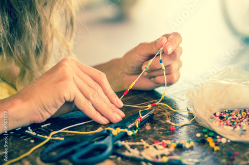 Fotomural  Making bracelet of colorful beads