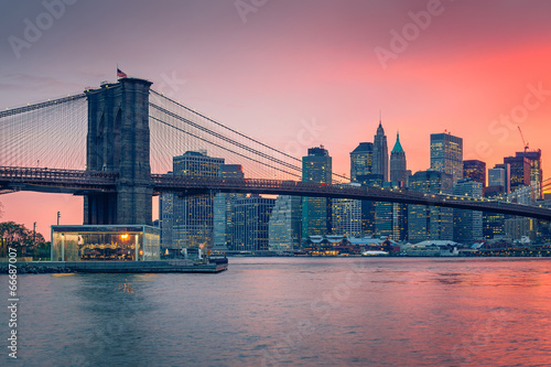 Photo Stands New York Brooklyn bridge and Manhattan at dusk