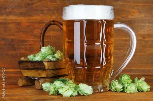szklanka-piwa-i-chmielu-na-drewnianym-stole