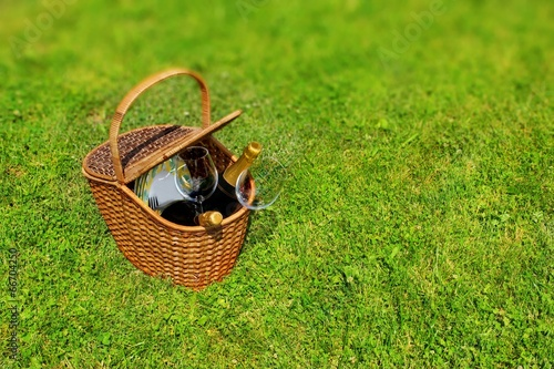 Türaufkleber Picknick Picnic basket in the grass