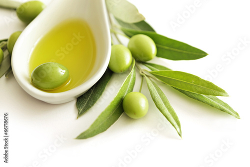 Tuinposter Olijfboom olive oil and green olives isolated