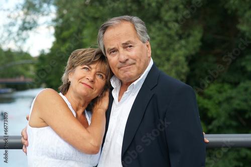 Fotografie, Obraz  Elegantes älteres Paar am Wasser