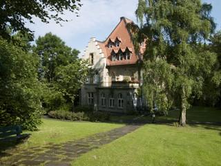 Die Alte Müllerburg eingebettet in eine grüne Parklandschaft am Hermannsweg in Oerlinghausen bei Bielefeld im Teutoburger Wald in Ostwestfalen-Lippe