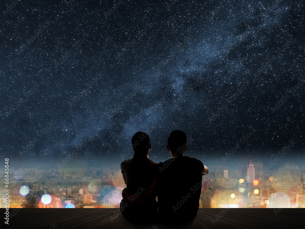 Fototapeta couple sit under strars