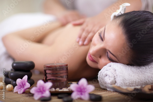 Fotografía  Beautiful woman having a wellness back massage at spa salon