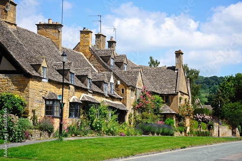 Photo  Cotswold cottages, Broadway © Arena Photo UK