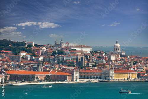 widok-na-dzielnice-lizbony-alfama-i-graca-portugalia
