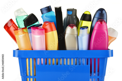 Fotografía  Plastic shopping basket with body care and beauty products